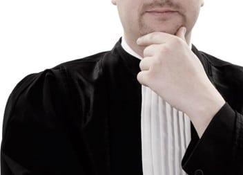 Peinzende advocaat