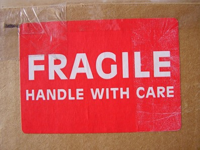 Doos met sticker: Fragile handle wirh care