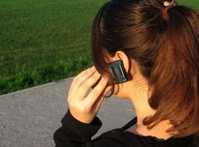 Meisje met mobieljte aan haar oor (FreemImages-sanja gjenero)