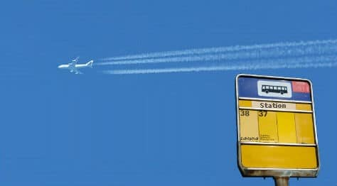 Bushalte tegen lucht met vliegtuig