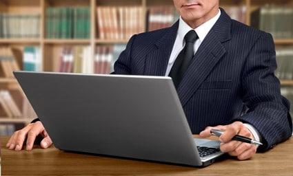 Notaris achter laptop